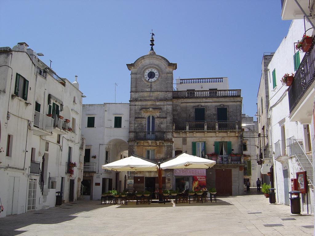 Cisternino, piazza dell'Orologio