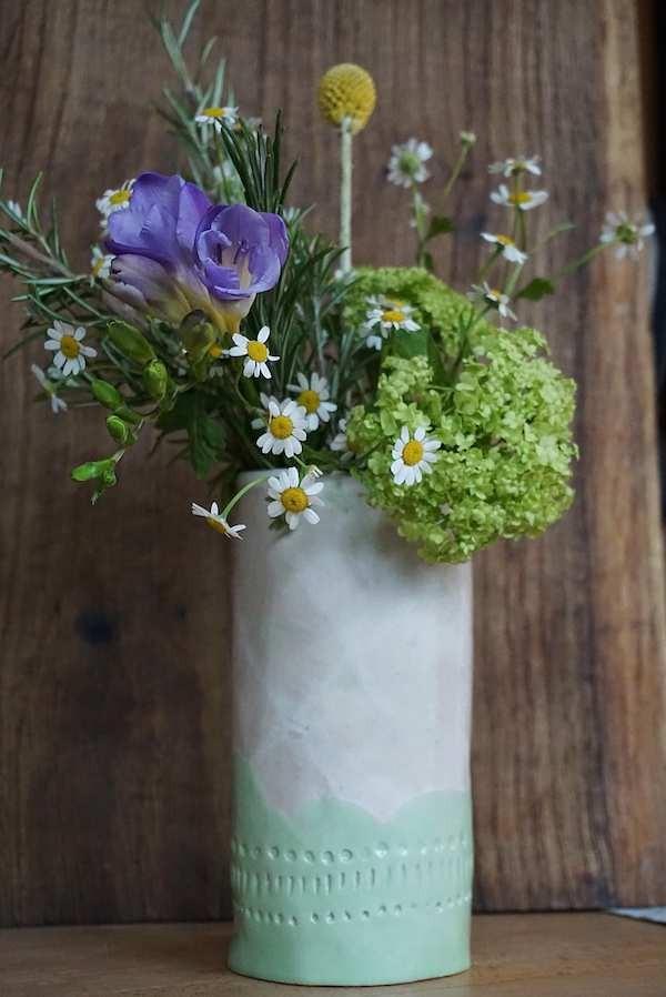 Sommerblumen in selbstgetöpferter Vase (develloppa)