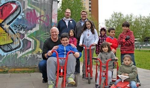 Einfache Mittel, großer Effekt : Nitzan Aviv (links) aus Ramat HaSharon ist vom Kinderforum in Buxtehude, das Jens-Christian Harder und Achim Biesenbach (hinten, von links) vorstellen, begeistert. Foto: Anping Richter