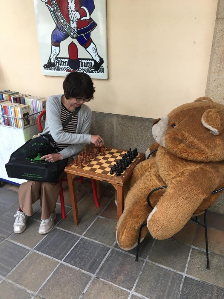 クマとチェスをするムッターヨッペ