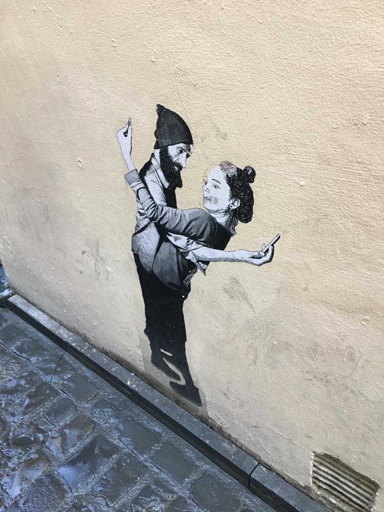 素敵な壁画が路地裏にいきなり現れる