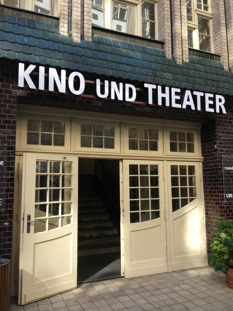 ここは古い映画館。上映作品もマニアック