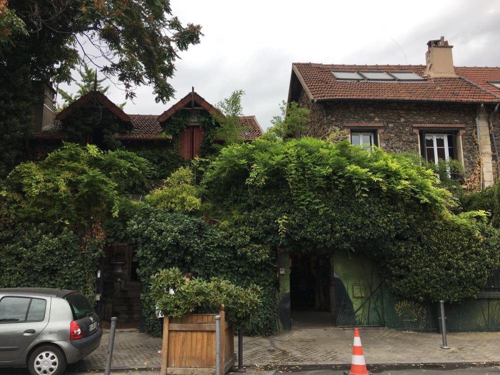 クリニャンクールの通りで見つけた、ジブリ映画に出てきそうな家