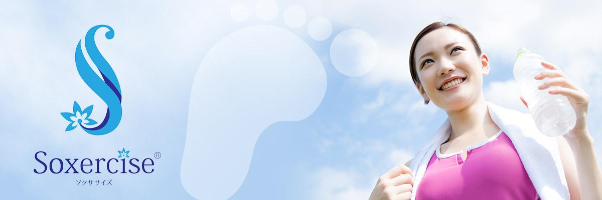 青空をバックに水を手に持つスポーツ中の女性