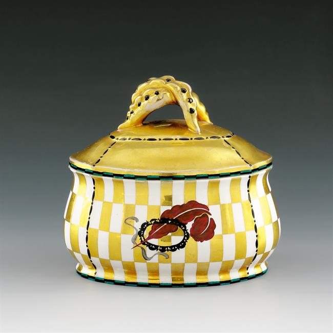 DAGOBERT PECHE, Ovale Deckeldose Ausführung Wiener Keramik, WK Modellnummer 428, Heller Scherben, mehrfarbig glasiert, gold staffiert, 13,5x15cm