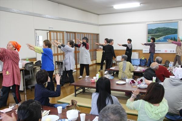 陸前高田フラワーロード 公民館にて 最後は皆さんで踊りました