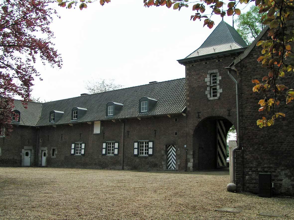 Courzijde van de kasteelhoeve: poortgebouw en hoofdvleugel uit 1663.