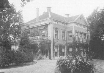 Stenia rond 1910, met de in 1905 gebouwde middenrisaliet en de tuinkamer
