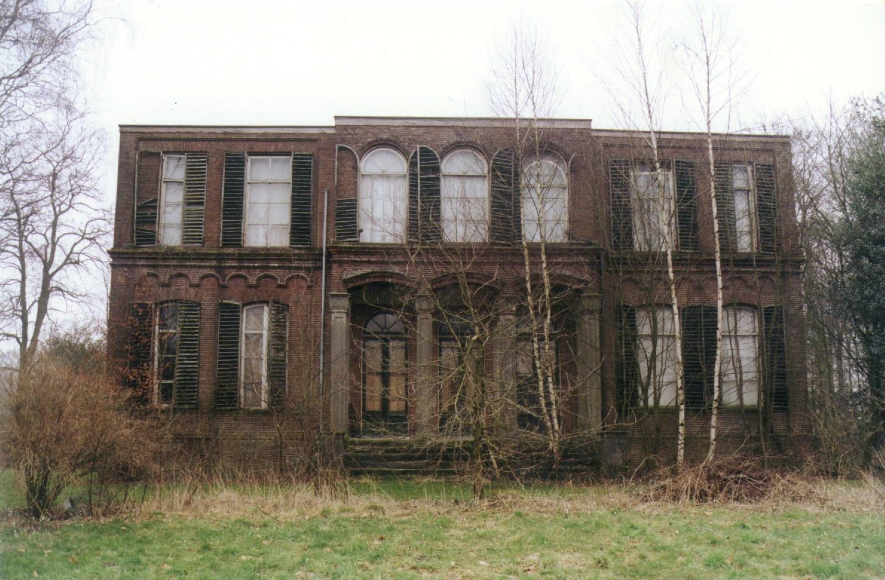 De Wientjesvoort in 1999, ernstig verwaarloosd na brand en decennia verwaarlozing.