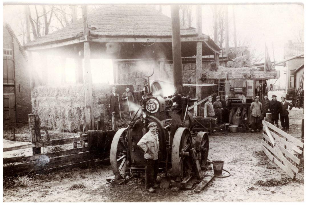 Foto genomen op het erf in 1942 met rechts de boerderij