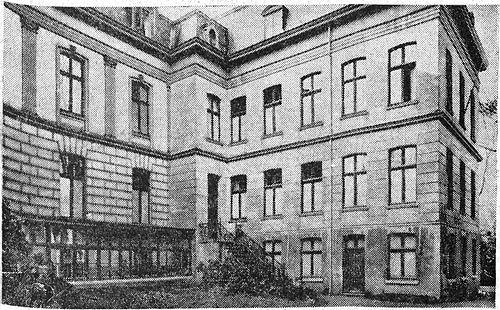 Oude foto van het retraitehuis, met de trapopgang naar de entree tussen villa en vleugel uit 1912 (bron: Beeldbank, archief Roermond).