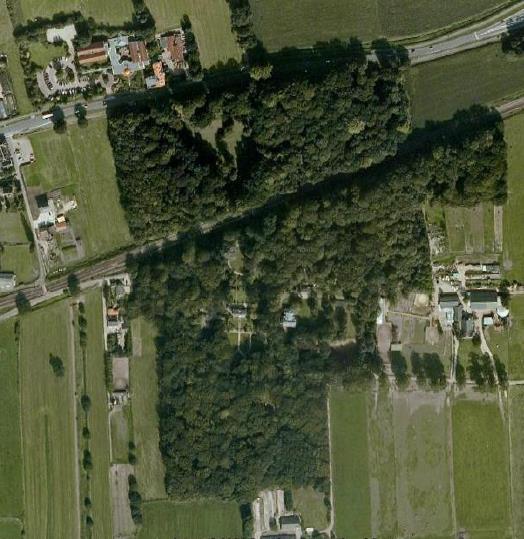 Luchtfoto van het landgoed, doorsneden door de in 1865 aangelegde spoorlijn.