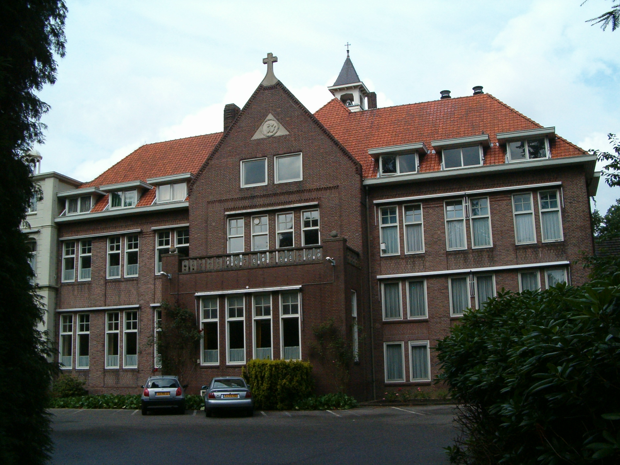 Het in 1929 gebouwde kloostervolume.