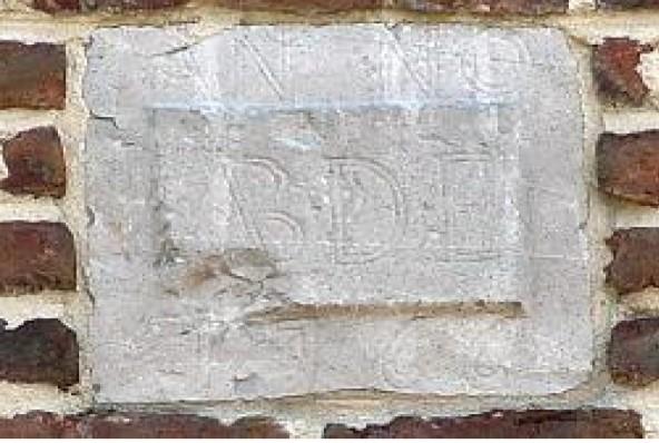 Gevelsteen met jaartal 1766 en 'bouwheer': ABDE (Abdij Munsterkerk).