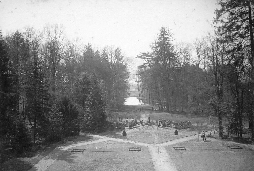 De tuinaanleg van D.F. Tersteeg uit 1916. Op de achtergrond de meanderende vijver in de bossages