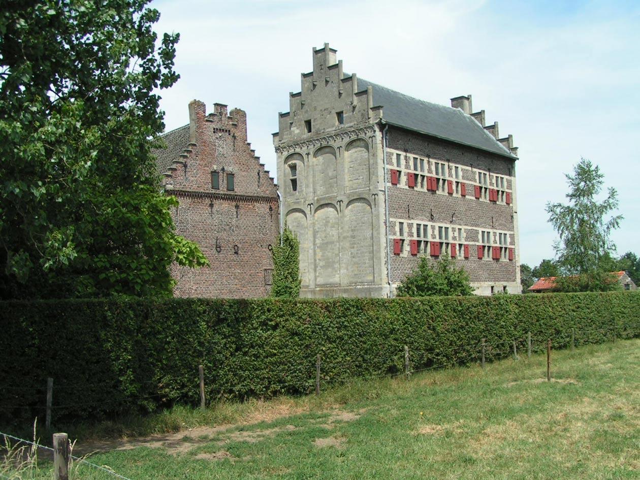 Kasteel met laatgotische kopgevel uit 1548 en Maaslandse renaissancegevel uit 1651.