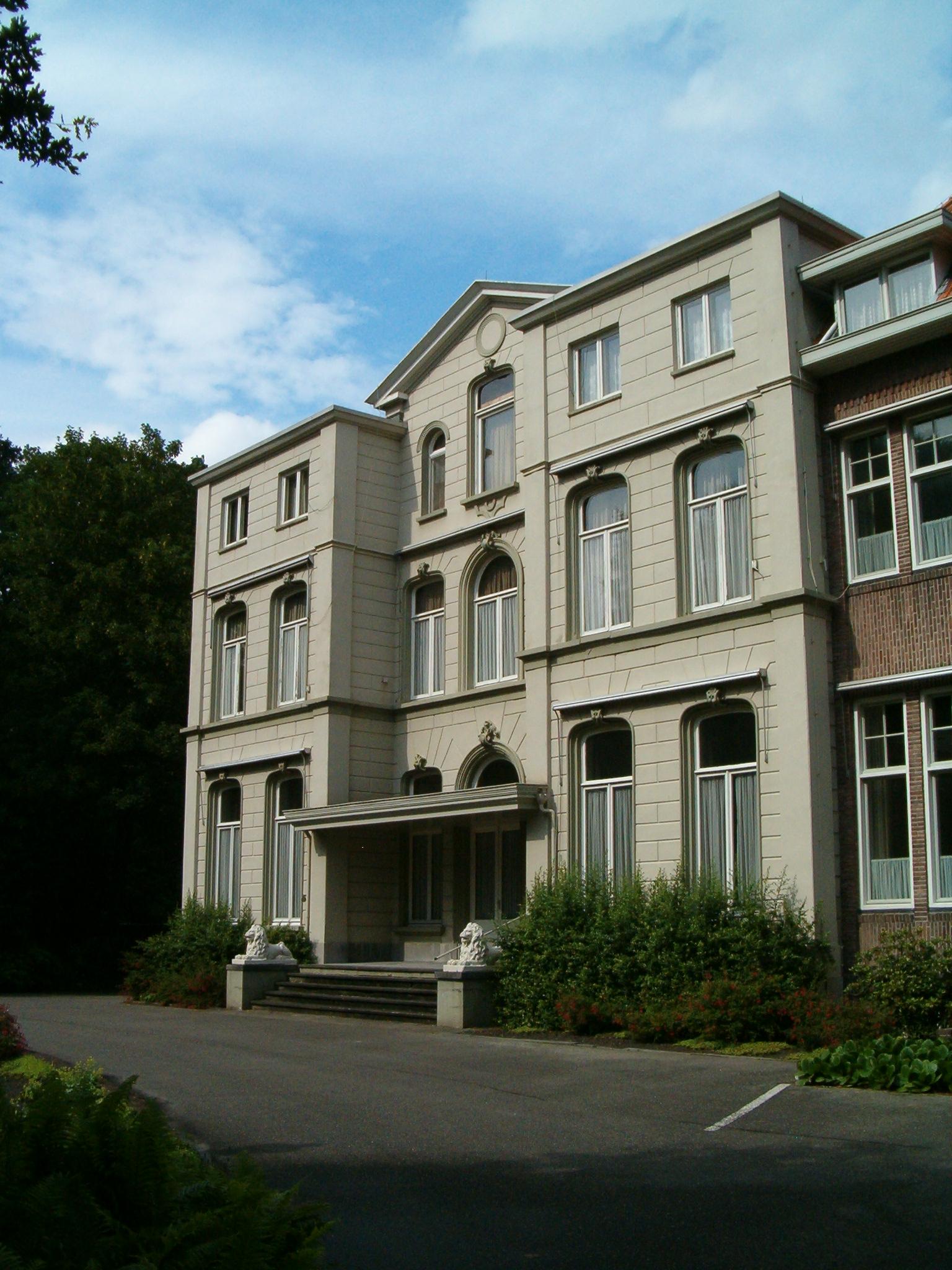 Het landhuis, met rechts de aanhechting van het klooster.