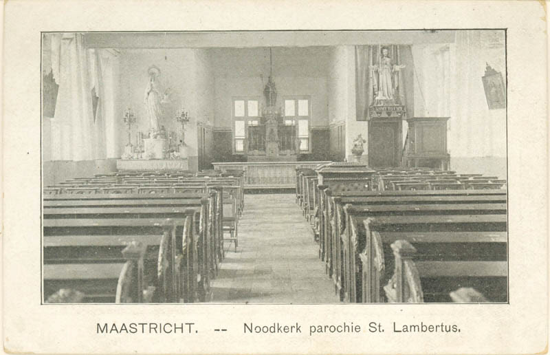 Het interieur uit de noodkerk.