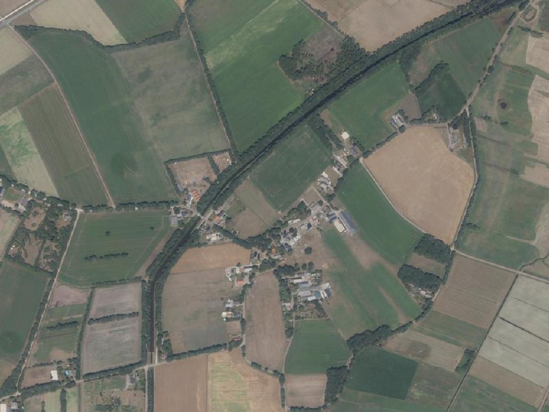 Luchtfoto van Westdorp met duidelijk herkenbaar de opzet van de es