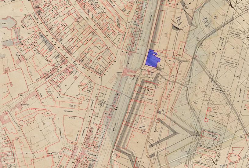 Projectie van een recente onderlegger en het hotel (blauw) op de kadastrale minuutkaart en een plattegrond uit 1782 met aanduiding vestingwerken.