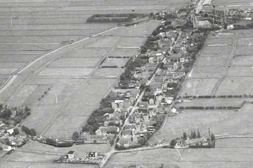 Luchtfoto van Bunschoten uit 1953. De middeleeuwse uitleg in de stadsweiden is nog duidelijk herkenbaar. De huisweiden zijn aan de achterzijde afgesloten door groen en een groot aantal hooibergen