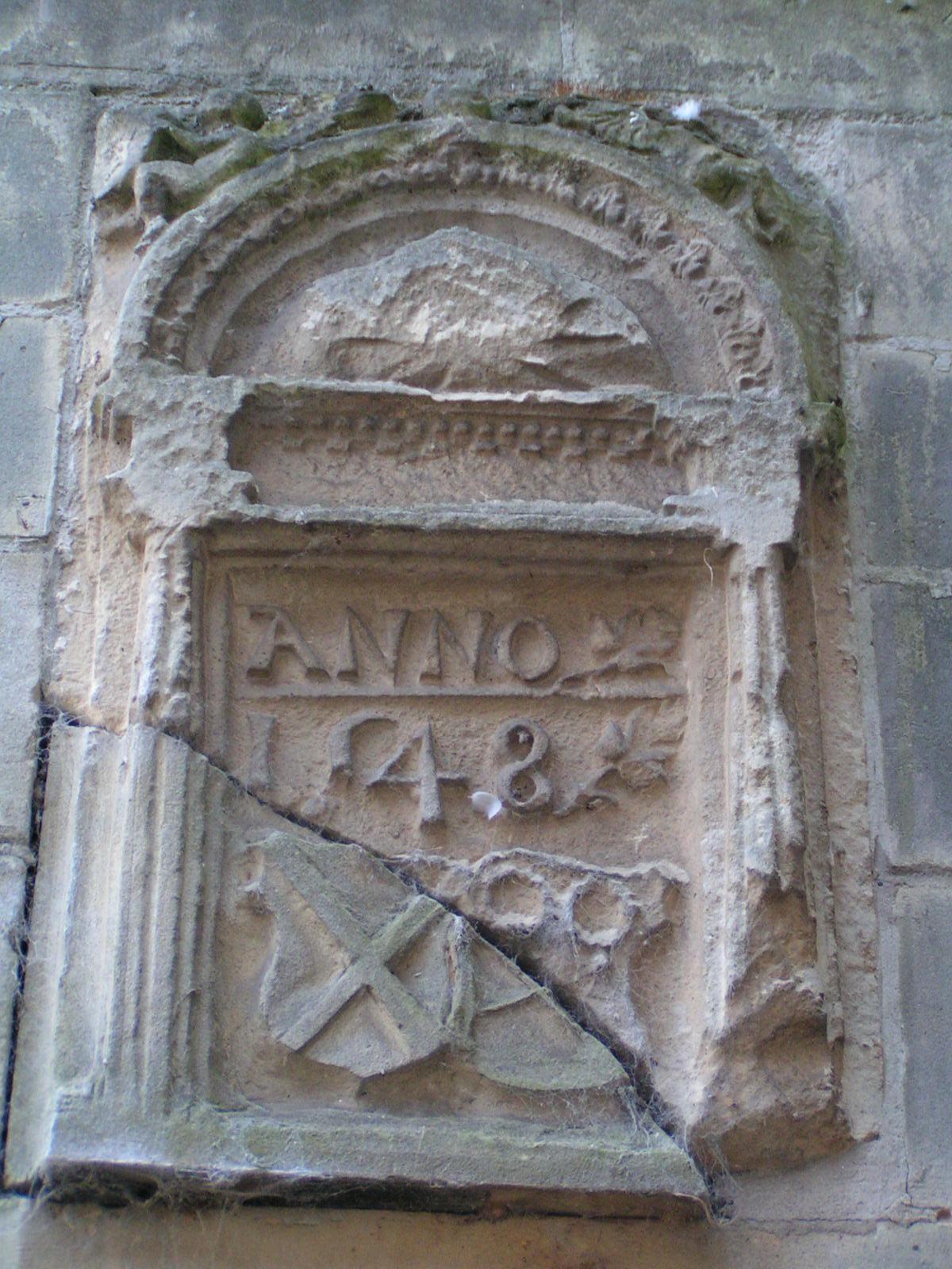 Gevelsteen met jaartal 1548. De steen is gevonden bij de reconstructie van de traptoren.