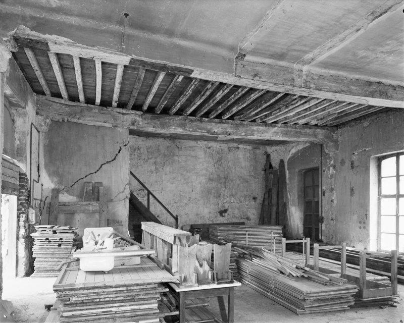 Het oostelijke vertrek van de zuidoostvleugel, vóór de restauratie van 1974.