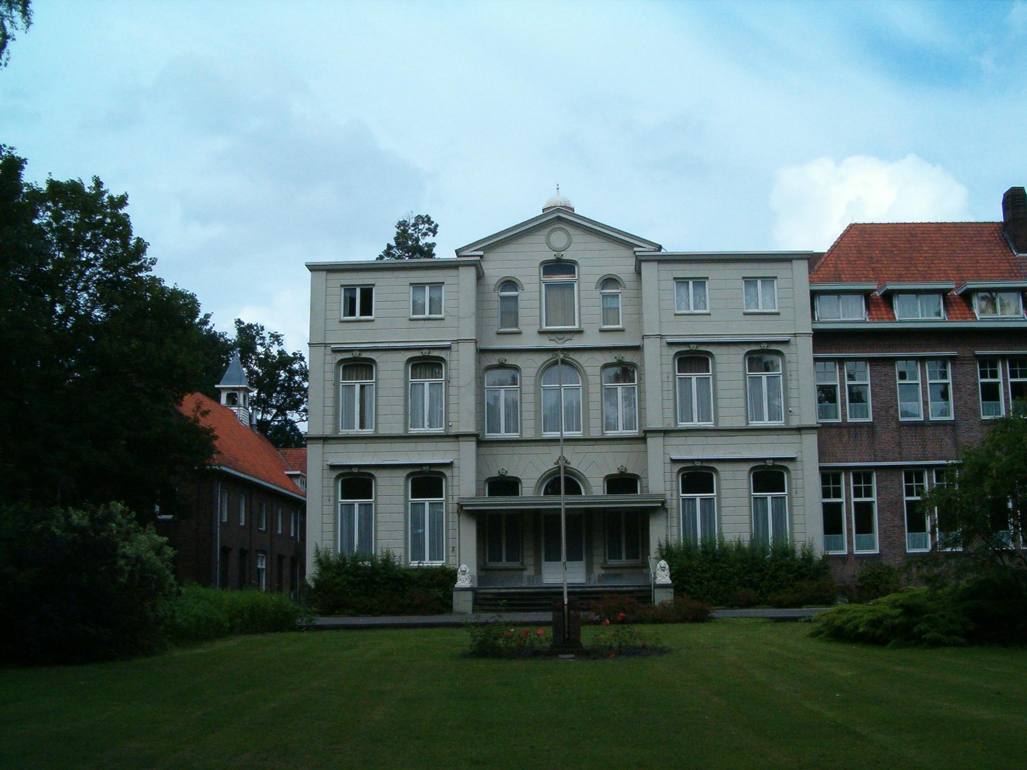 Landhuis Nieuw IJpelaar. De derde bouwlaag aan weerszijde van het middenrisaliet, dateert ui 1955.