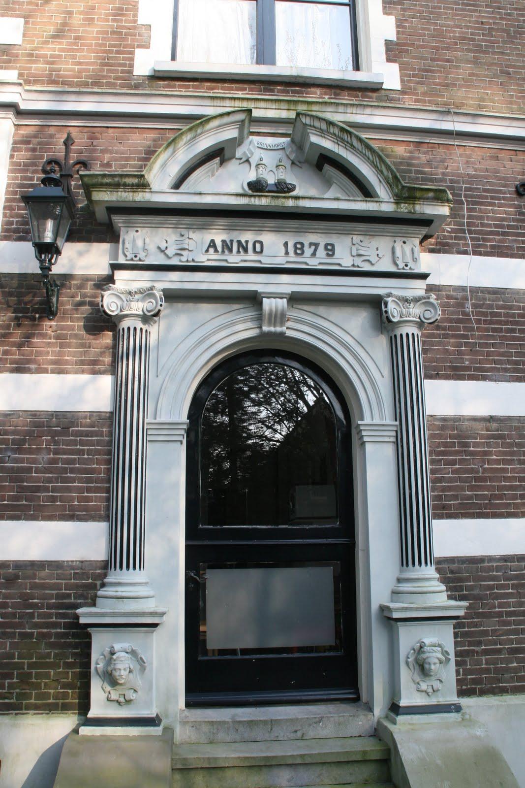 De hardstenen entreepartij met jaartal 1879.