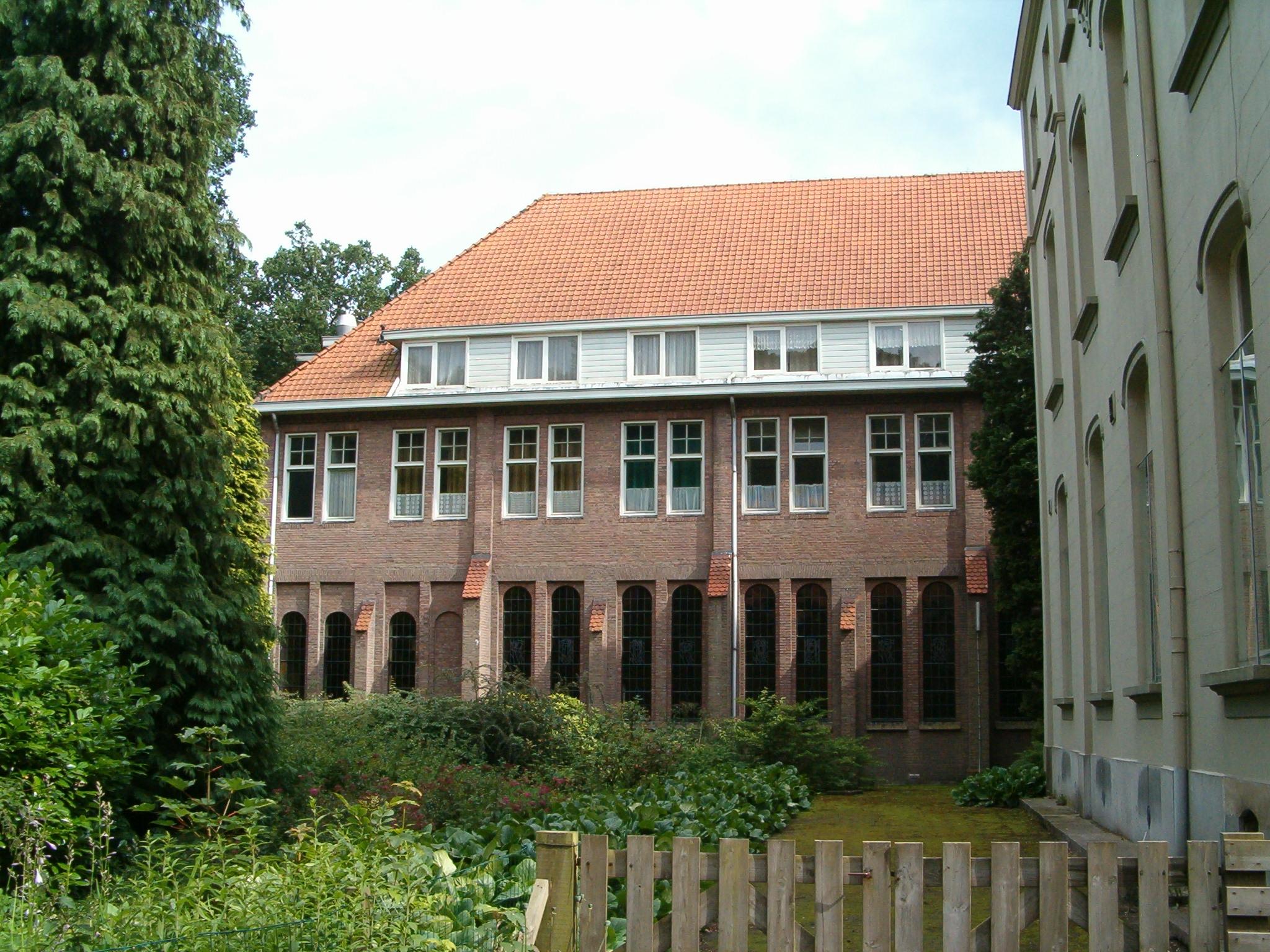 De kloostervleugel uit 1919 met verhoging uit 1929.
