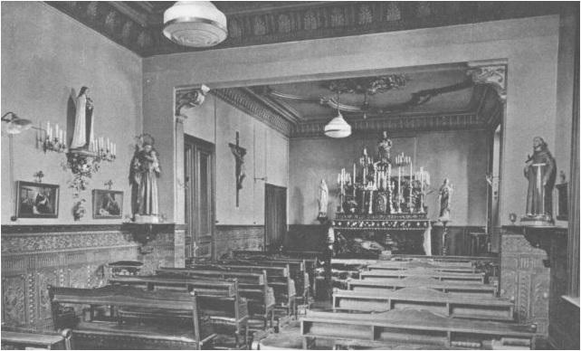 De bel-etage in gebruik als kapel (bron: Beeldbank, archief Roermond).
