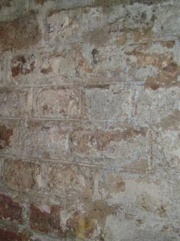 Een deel van de gevels in het interieur is afgewerkt met voeg met dagstreep.