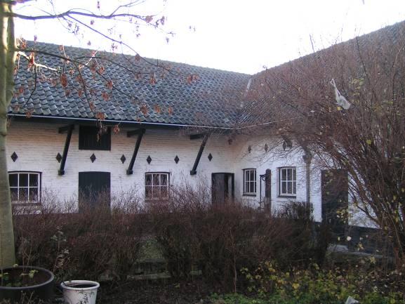 De negentiende-eeuwse stalvleugels rondom de binnenhof.