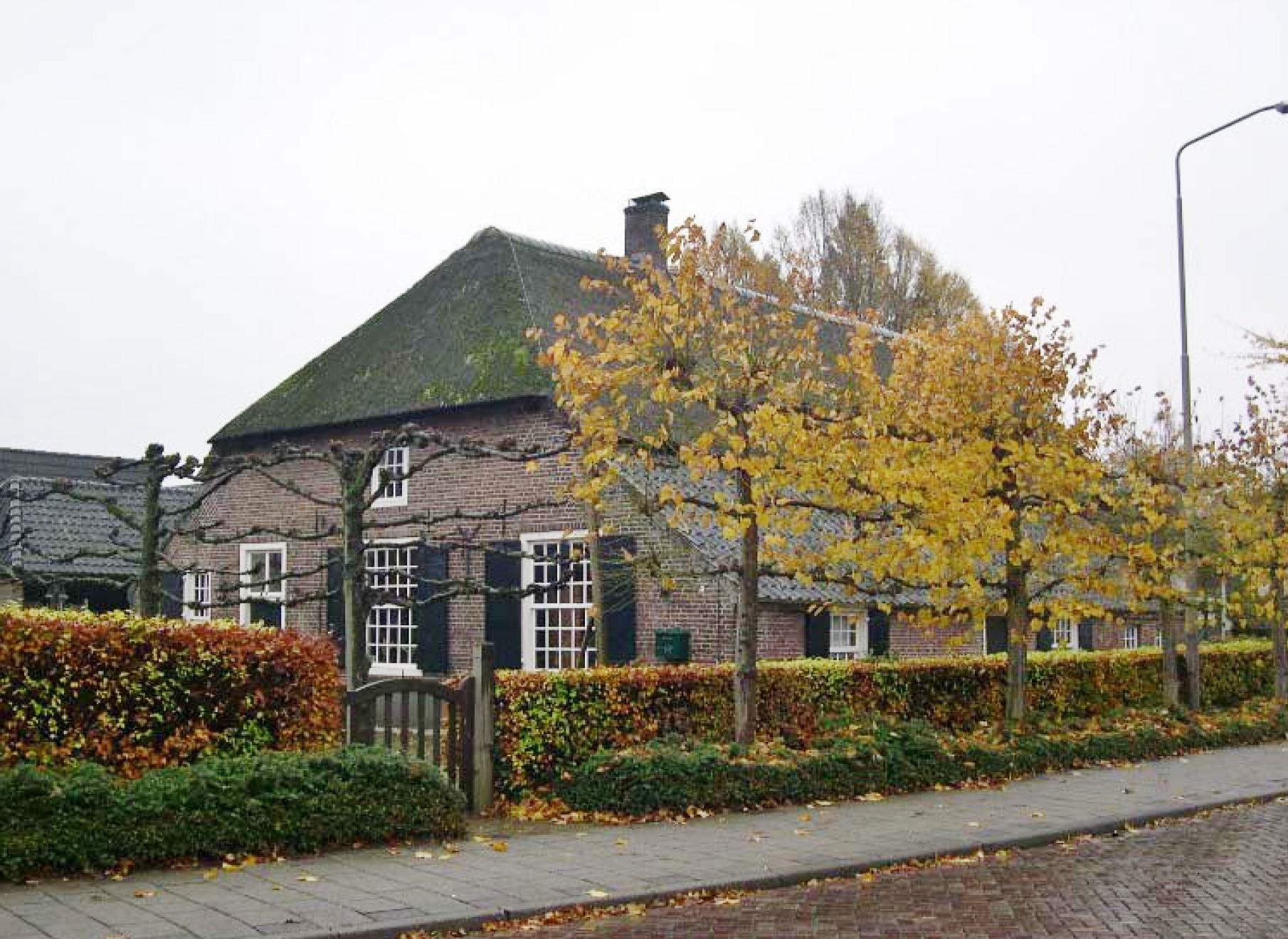 Ravenshoeve, gezien vanaf de Mgr. Zwijssenstraat.