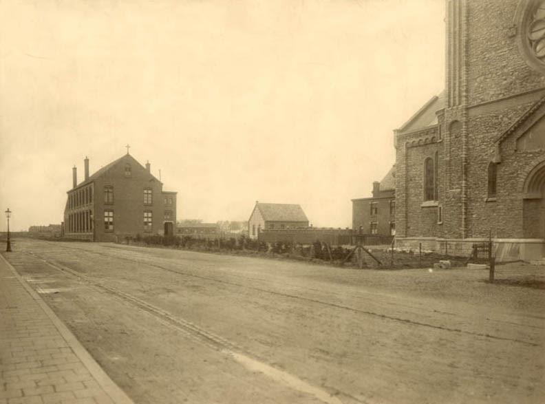 De noodkerk (links). Rechts de Lambertuskerk van Van Groenendael.