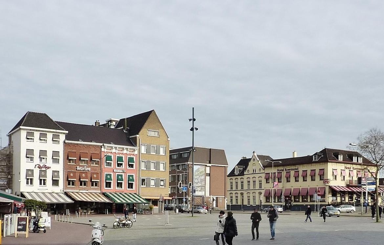 Stationsplein, gezien vanuit de Hamstraat, met aan het eind van de zichtlijn het hotel.
