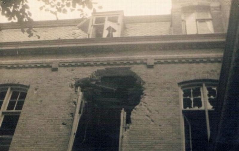 Foto van de oorlogsschade aan de achterzijde (bron: deurnewiki.nl)