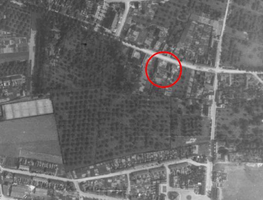 Luchtfoto uit 1944: de boerderij ligt temidden van boomgaarden.
