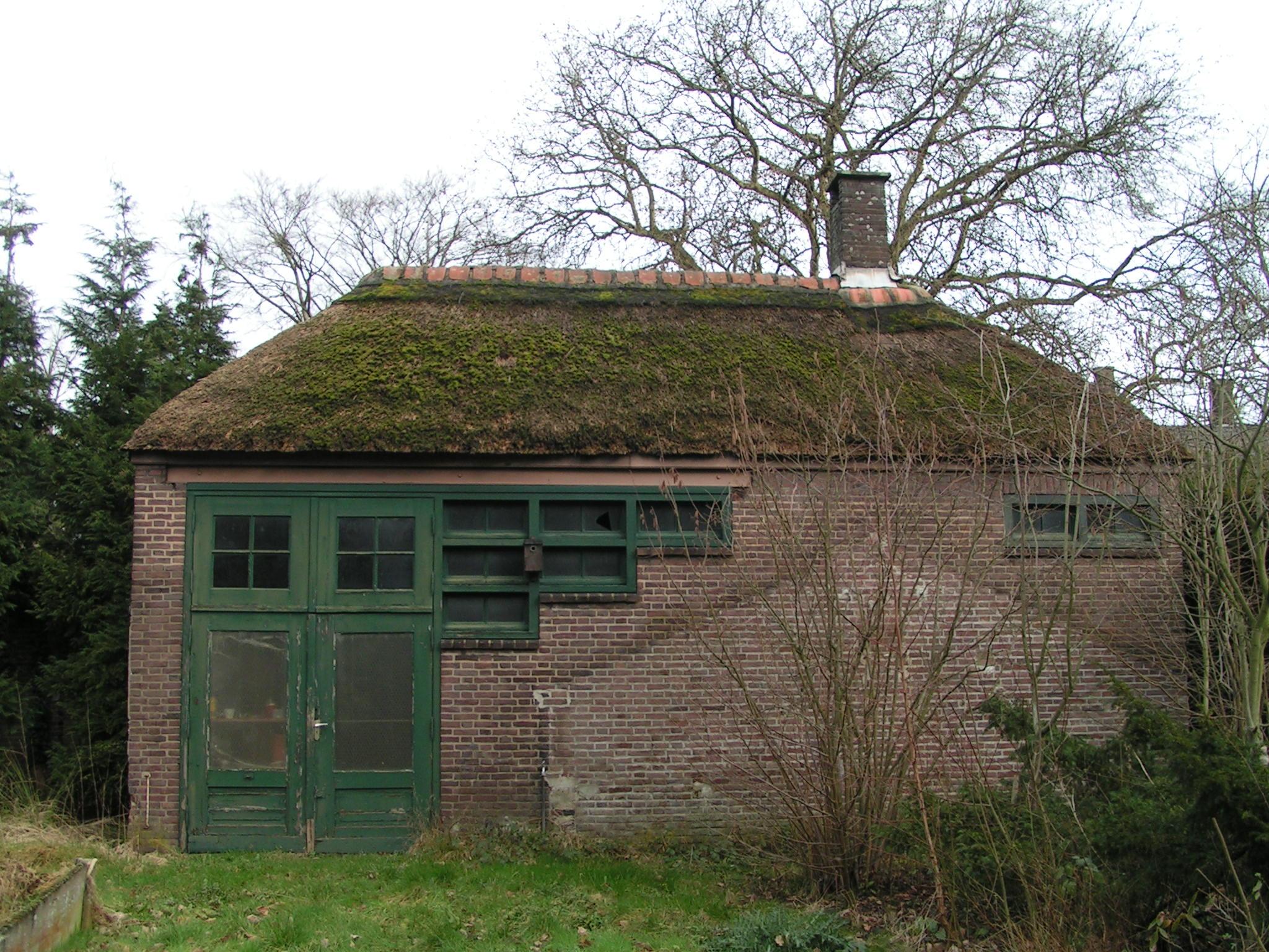 Het ketelhuis voor de voormalige tuinkassen.