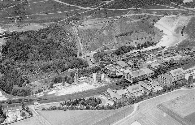 Oude luchtfoto van de Oranje Nassau IV-mijn. Links de steenberg die deels alweer is begroeid.
