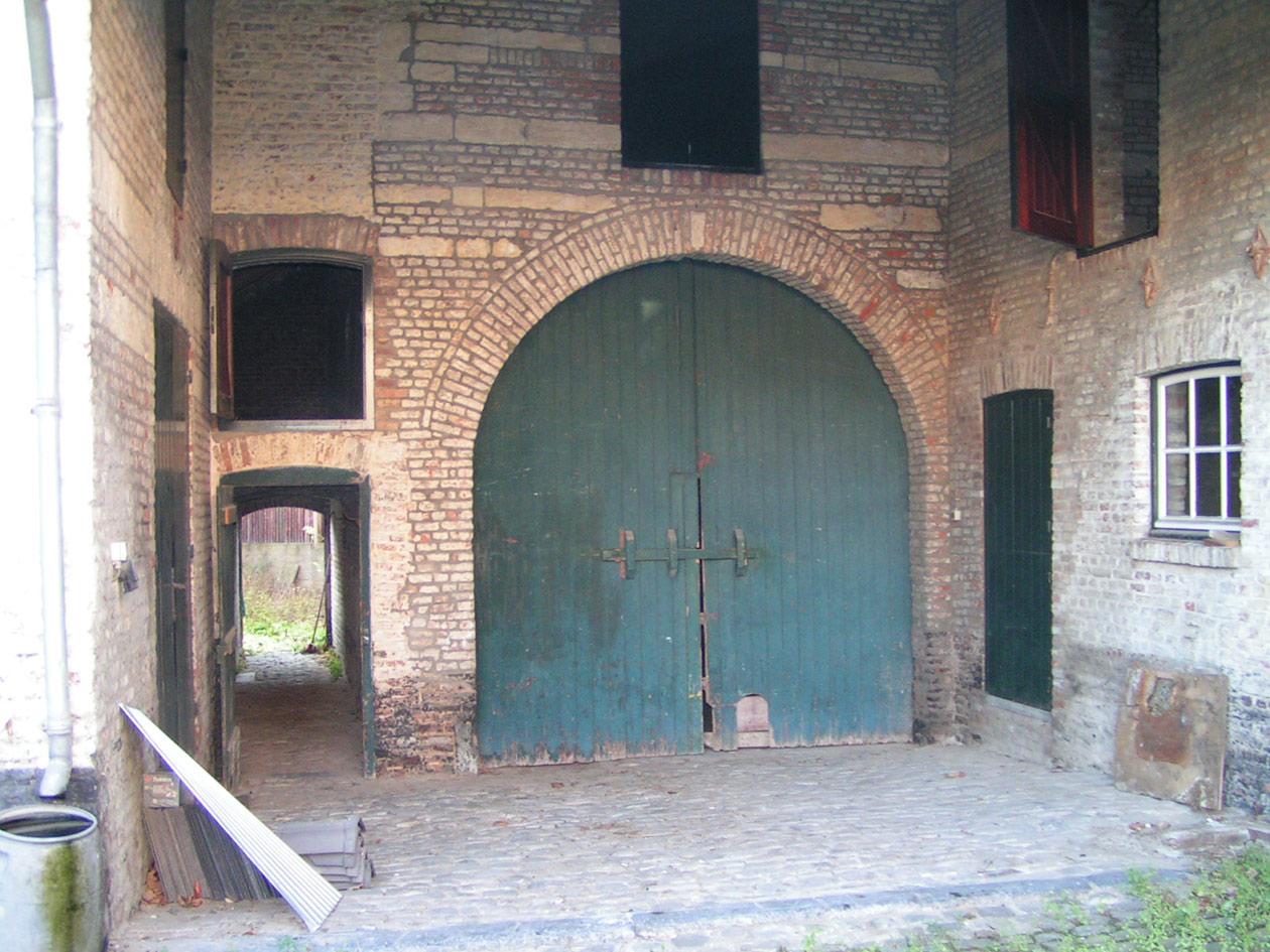 Poort van de zuidelijke schuur, geplaatst onder een onderdoorgang.