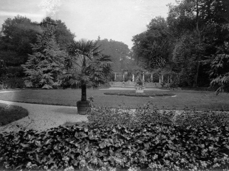 Impressie van de voortuin met pergola, rond 1950