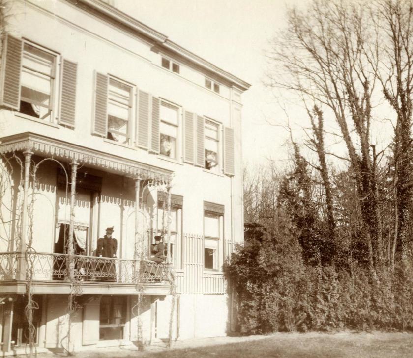 Stenia, achterzijde rond 1900, waarbij in het verlengde van de salon een balkon is geplaatst