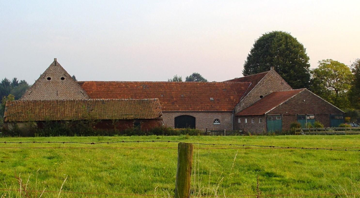 De boerderij gezien vanaf het noorden.