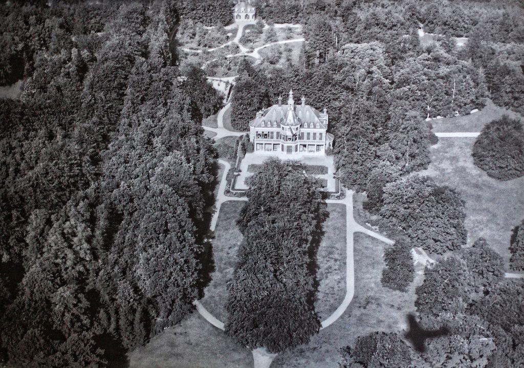 Luchtfoto van Veldheim uit 1923 met de parktuin in oorspronkelijke omvang en aanleg.