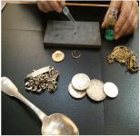 Il existe plusieurs qualités d'Or appelées carat, identifiées grâce à un poinçon normalisé : Trèfle = 9K ; Une coquille St Jacques = 14K ; Une tête d'aigle = 18K