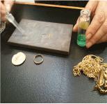 L'acide détermine la teneur d'or (carats) dans vos bijoux
