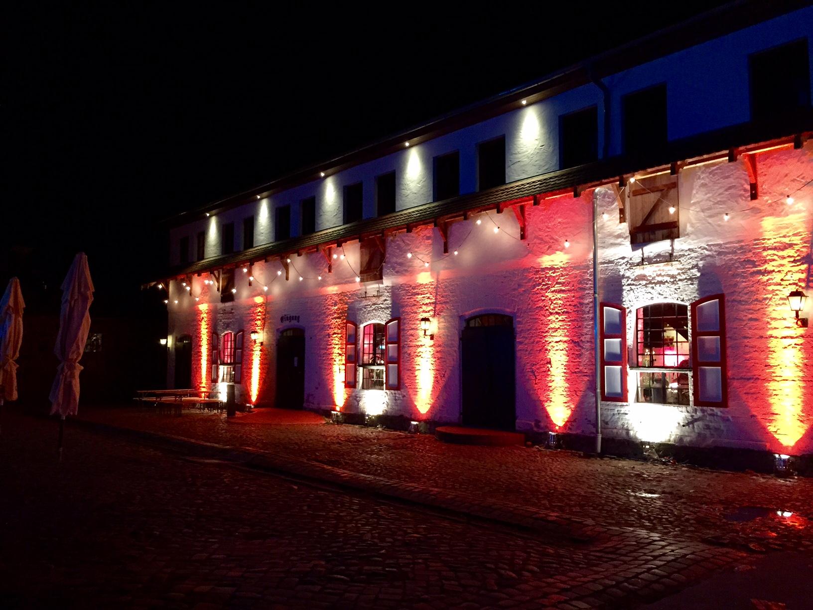 """Ausstellungs-Ort 2, """" Der Kuhstall"""" in Fest-Beleuchtung"""