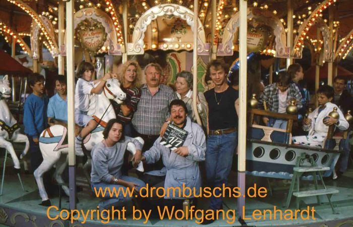 Michael Werlin zusammen mit einigen Hauptdarstellern bei den Dreharbeiten zur 4. Staffel 1989