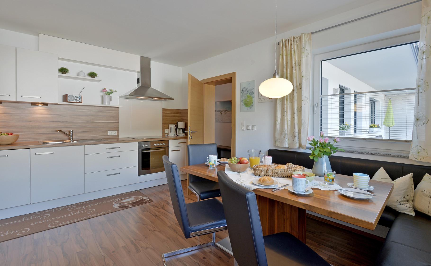Wohnbereich - Küchenzeite mit Geschirrspülmaschine - Fewo Horberg - Apart Rauch